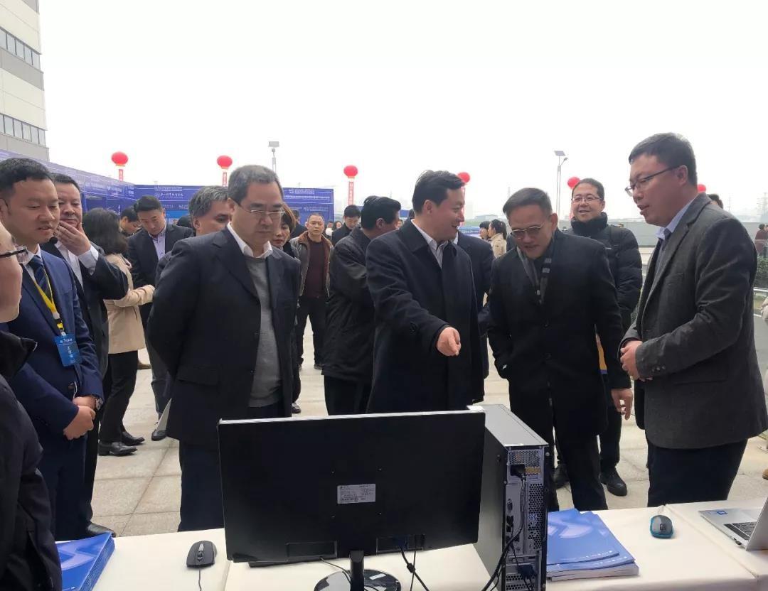 四川省领导与乐山市长参观统信软件展区